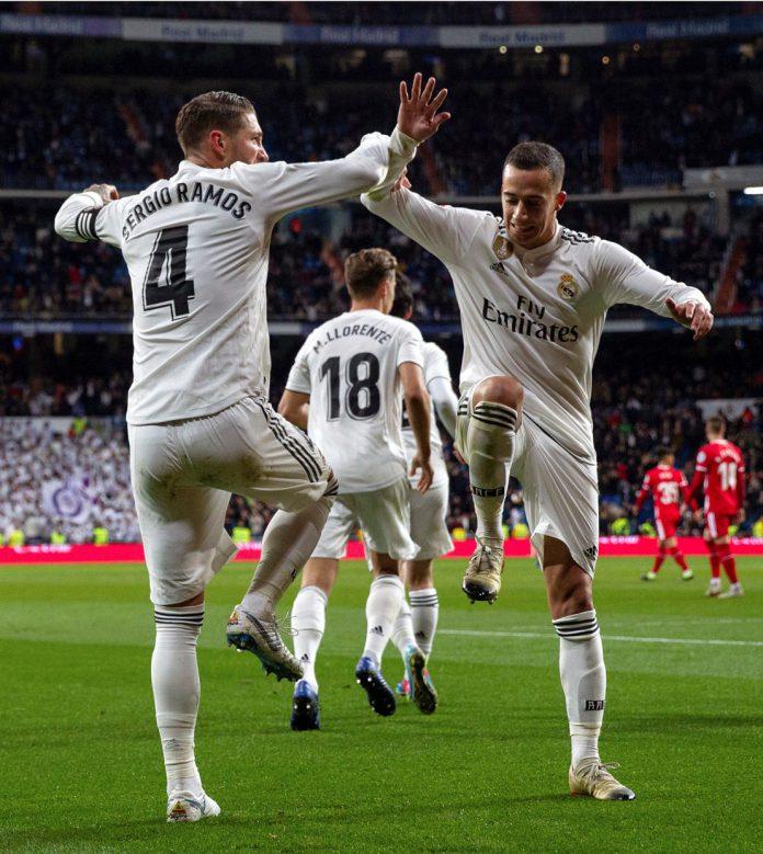 Lucas Vázquez (derecha) celebra con Sergio Ramos un gol al Girona.