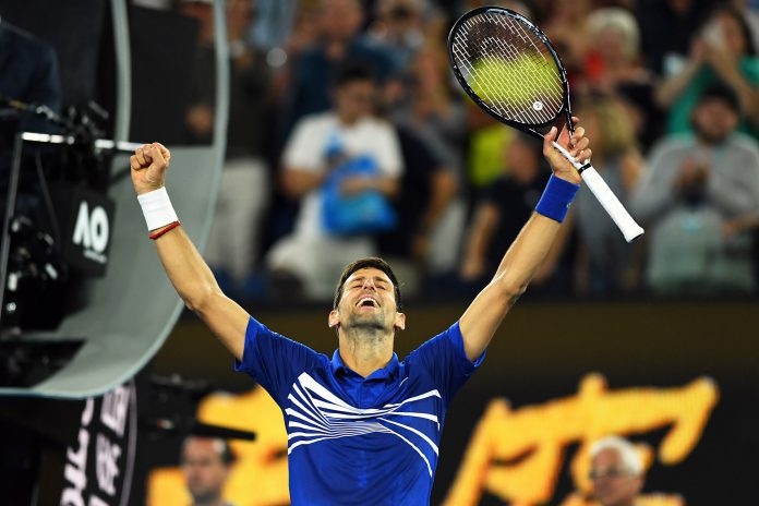 Novak Djokovic celebra su victoria ante el francés Lucas Pouille en semifinales del Abierto de Australia.