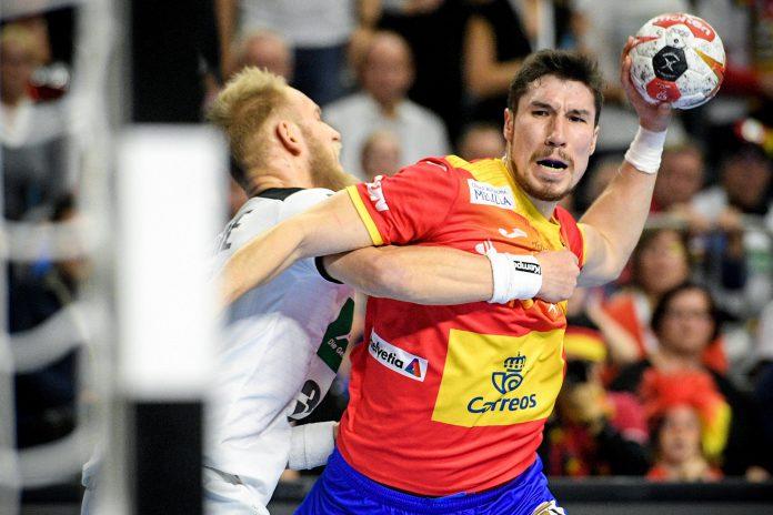 Alex Dujshebaev intenta lanzar en el partido contra Alemania.