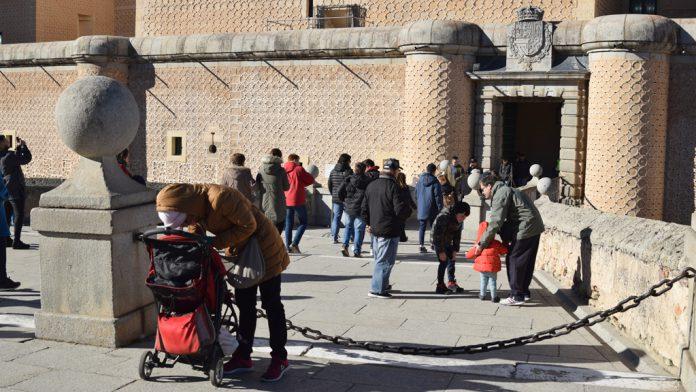 Un grupo de personas acceden al interior del Alcázar. /rocío pardos