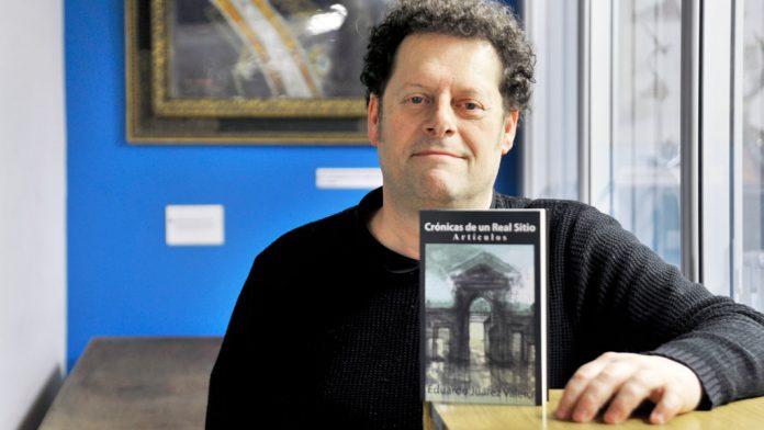 Eduardo Juárez, con su libro, en el que aparecen historias de la gente de La Granja. / kamarero