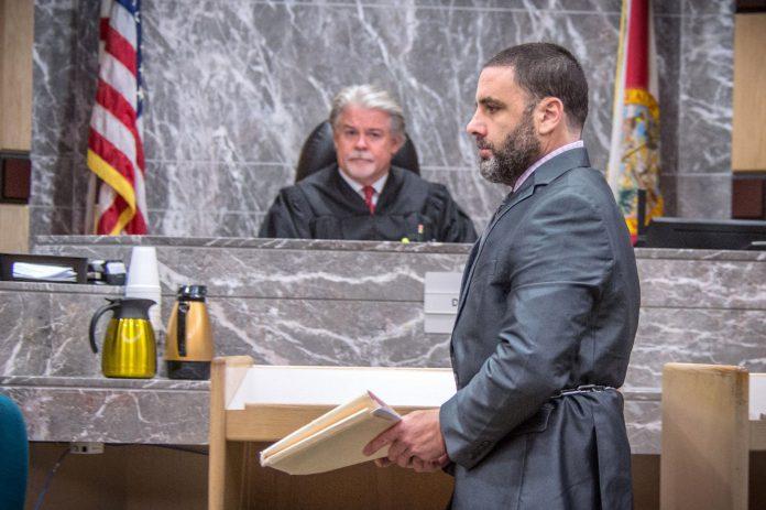 El magistrado Dennis Bailey junto al español Pablo Ibar, considerado nuevamente culpable de triple asesinato.