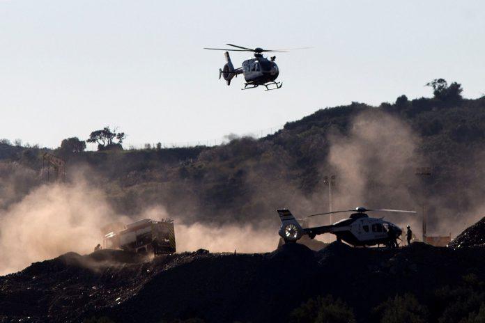 Cuatro guardias civiles de Cantabria y Baleares, especialistas en espeleología, se únen al equipo de rescate.