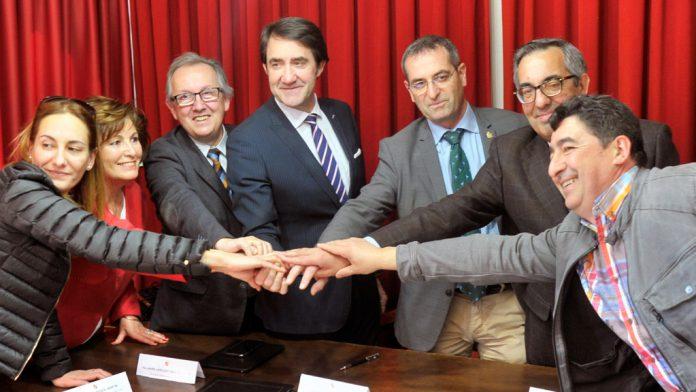 Suárez-Quiñones, en el centro, acompañado del delegado territorial, el alcalde de Santa María, y los cuatro regidores de los nuevos pueblos de Rehabitare. / kamarero