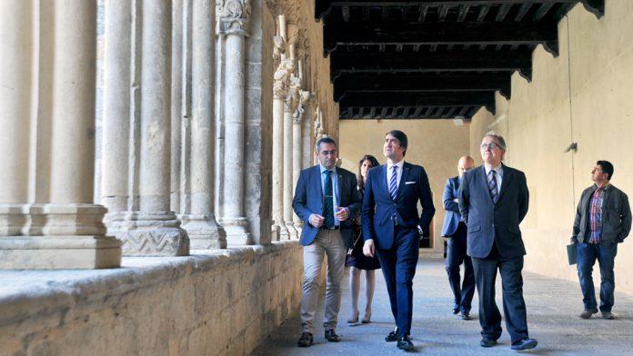 El consejero de Fomento aprovechó ayer su visita a Santa María para recorrer el claustro. / kamarero