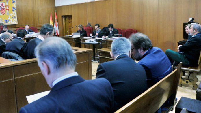 Los acusados en el caso de las prejubilaciones de Caja Segovia, de espaldas, en una nueva sesión del juicio que se desarrolla en la Audiencia Provincia. / kamarero