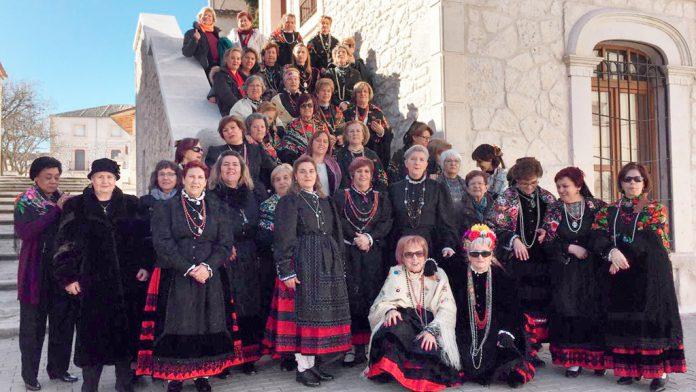 Las aguederas de Olombrada posan en la foto de familia, preparadas para celebrar la fiesta. / el adelantado