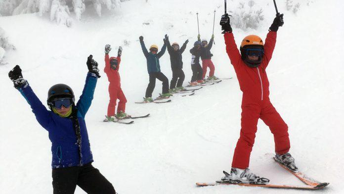 Pequeños esquiadores disfrutando en La Pinilla. / el adelantado