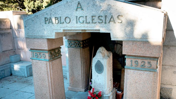 Tumba de Pablo Iglesias, en el cementerio de La Almudena, con el busto creado por Emiliano Barral. / efe