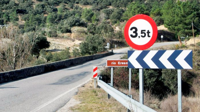 Imagen del puente sobre el Eresma, utilizado por muchos camiones de empresas de la zona. / el adelantado