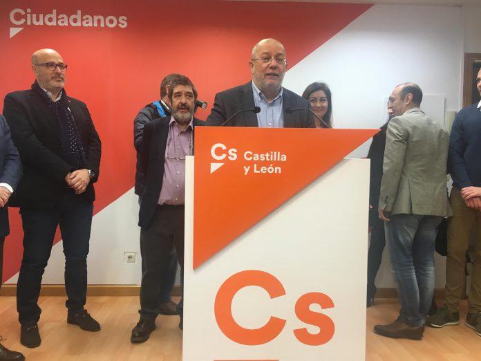 El diputado nacional de Ciudadanos, Francisco Igea, atiende a los medios durante una rueda de prensa.