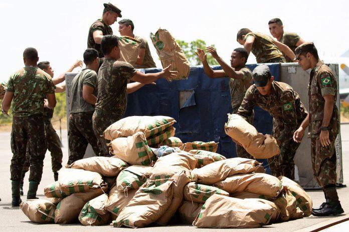 Soldados brasileños organizan un cargamento con ayuda humanitaria destinada a Venezuela.