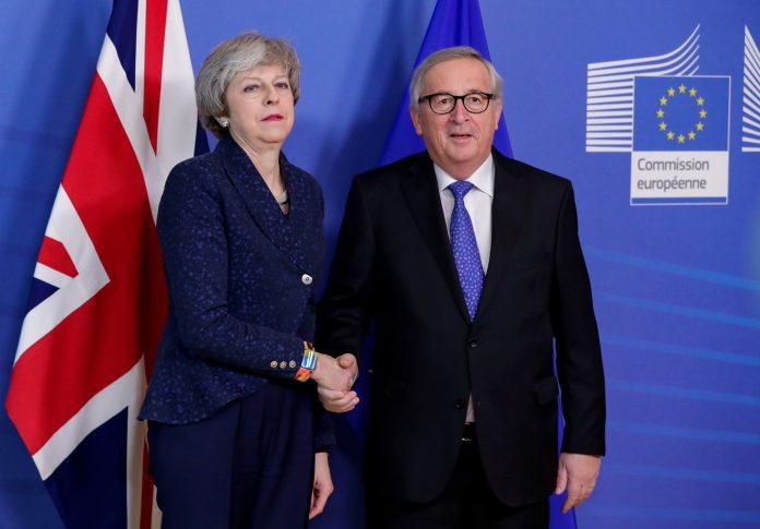La 'premier' británica, Theresa May, junto a Jean-Claude Juncker.