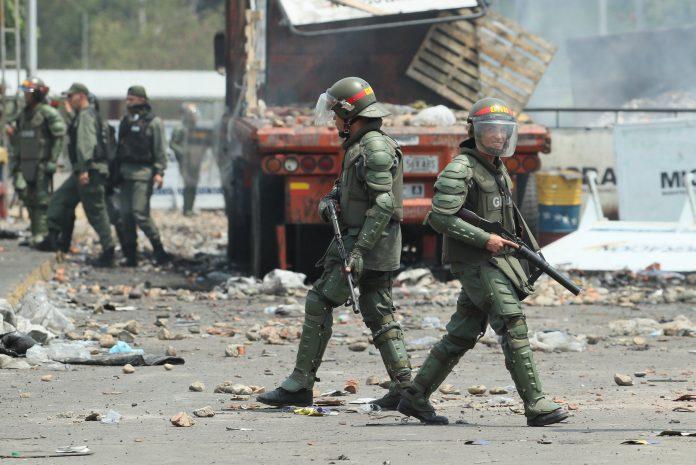 Miembros de la Guardia Nacional Bolivariana vigilan la frontera.