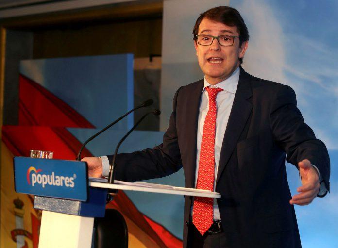 El presidente del PP de Castilla y León, Alfonso Fernández Mañueco, atiende a la prensa.