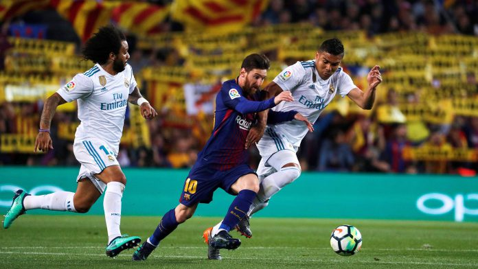 Leo Messi, duda de última hora por la sobrecarga muscular que sufrió en el partido ante el Valencia, supera la presión de Marcelo y Casemiro en un Clásico de la pasada temporada.