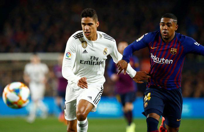 Varane y Malcom, autor del gol y uno de los jugadores más destacados del Barça, pugnan por controlar el balón durante el partido de ida de semifinales de la Copa del Rey en el Camp Nou.