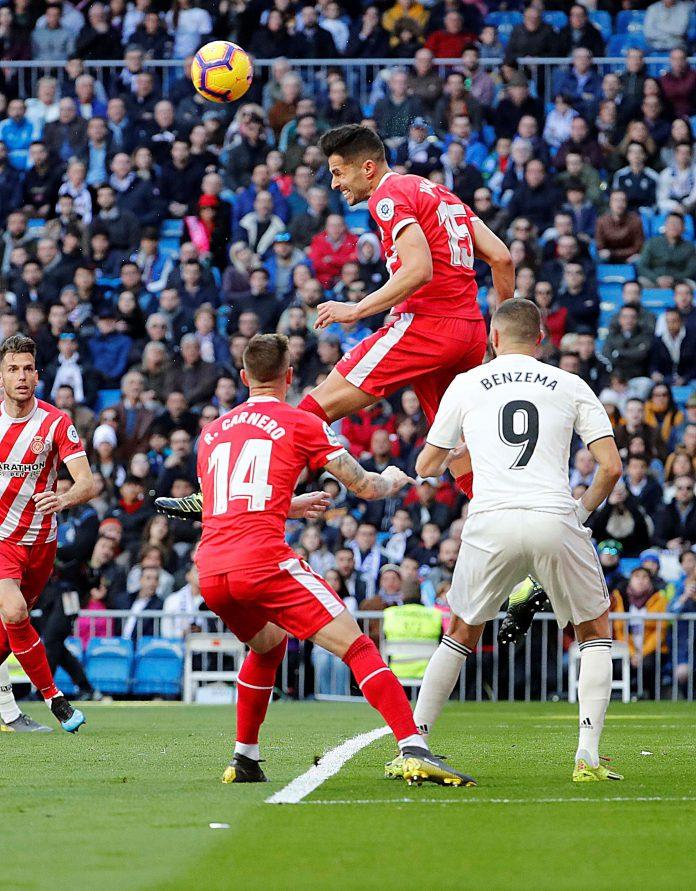 El defensa del Girona, Juanpe, remata un balón durante el encuentro.