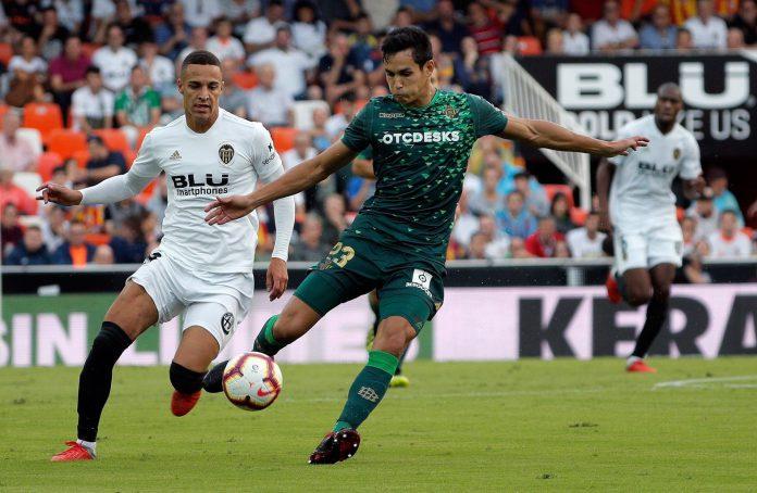 Mandi trata de despejar el balón ante Rodrigo en el Valencia-Betis de esta temporada en la Liga Santander