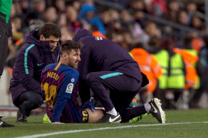 Leo Messi tuvo que ser atendido durante el partido de Liga contra el Valencia por una sobrecarga muscular.