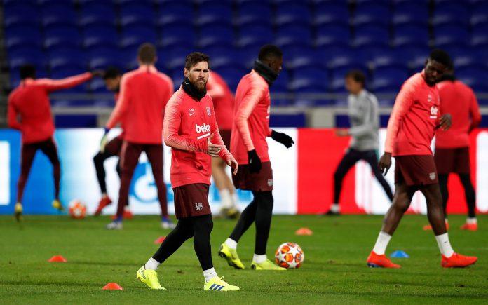 El delantero argentino del FC Barcelona Leo Messi realiza varios ejercicios durante el entrenamiento en Lyon.