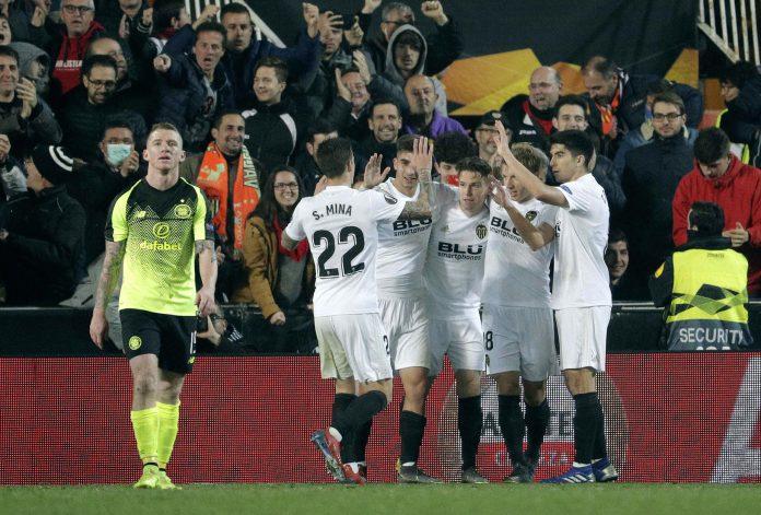 Los jugadores del Valencia celebran el gol de Gameiro al Celtic.