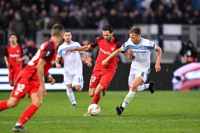 Franco Vázquez protege el balón ante la presión de Lucas Leiva