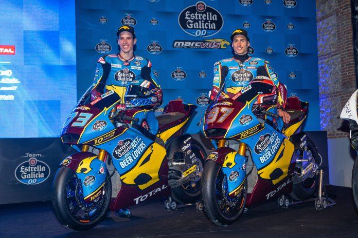 Los pilotos del Estrella Galicia 0,0 de Moto2; Alex Márquez (i) y Xavier Vierge (d), durante la presentación del equipo.