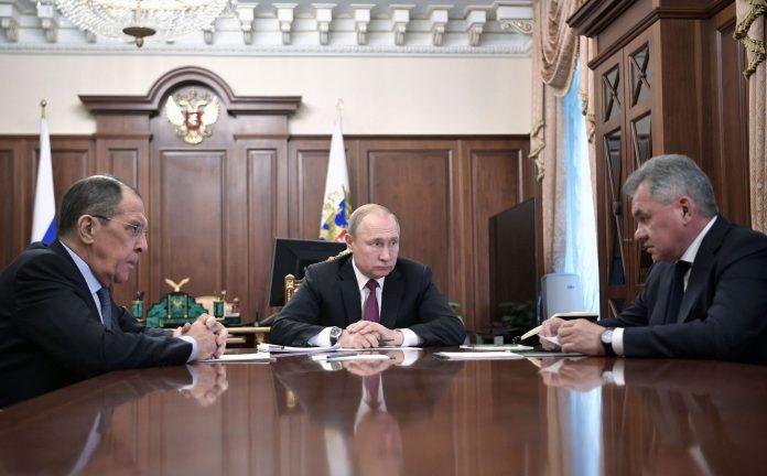 El presidente ruso, Vladimir Putin, se reune con su ministros Sergei Lavrov (i) y con Sergei Shoigu (d).