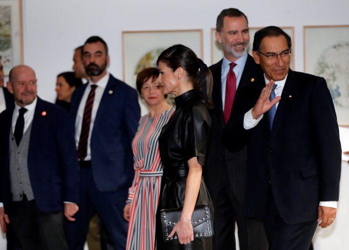 Los Reyes, don Felipe y doña Letizia, junto al presidente de Perú, Martín Vizcarra (d) en la inauguración de ARCO.