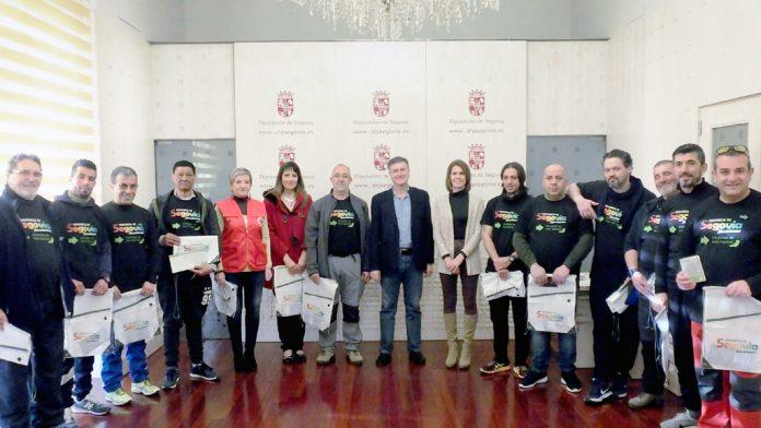 Todos los peregrinos recibieron una mochila con la credencial con el sello de salida del camino desde Segovia. / pel adelantado