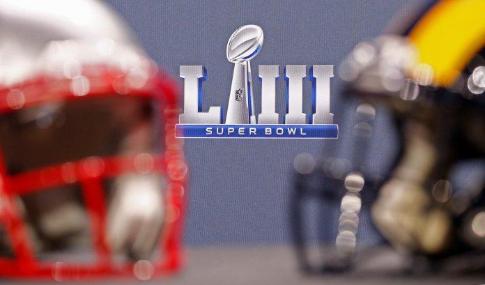 Los cascos de los Rams de Los Angeles (d) y de los Patriots de Nueva Inglaterra (i), antes de la final de la NFL.