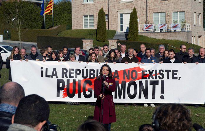 Arrimadas ofrece su discurso delante de la pancarta y frente a la residencia de Puigdemont en Bélgica.