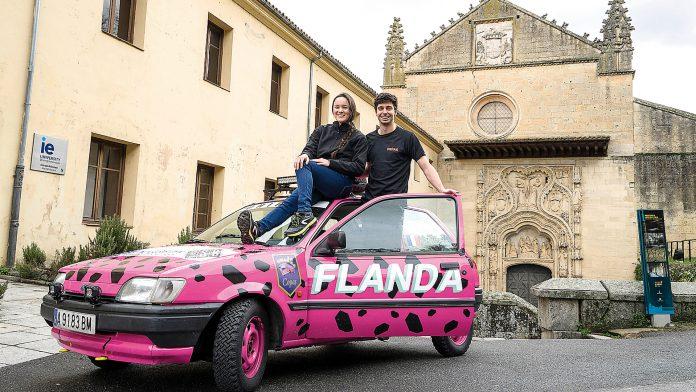 La francesa Alex Huegas y el español Andrei Mataix junto a su Ford Fiesta de 1989. / Roberto Arribas.