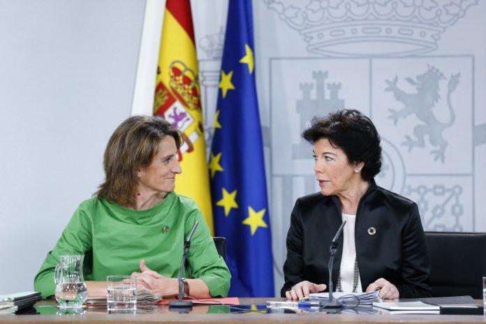 La ministra de Transición Ecológica, Teresa Ribera y la ministra de Educación y Portavoz, Isabel Celaá , en rueda de prensa tras el Consejo de Ministros.