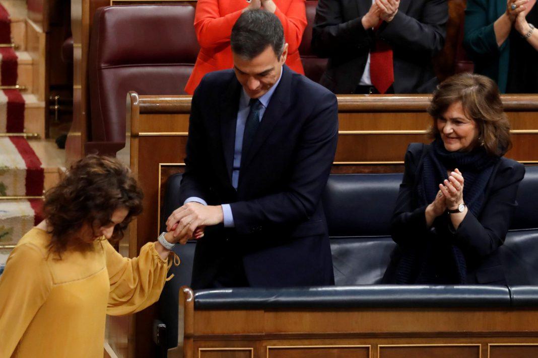 El presidente del Gobierno, Pedro Sánchez, agradece a la ministra de Hacienda, María Jesús Montero, su defensa de los Presupuestos.