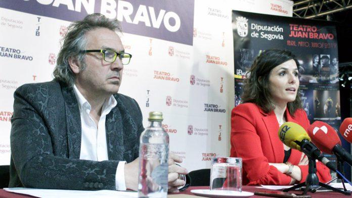 El director del teatro Juan Bravo, Marco Antonio, y la diputada de Cultura y Juventud, Sara Dueñas, ayer.
