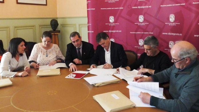 Un momento de la firma de los convenios en el Palacio Provincial. / El adelantado