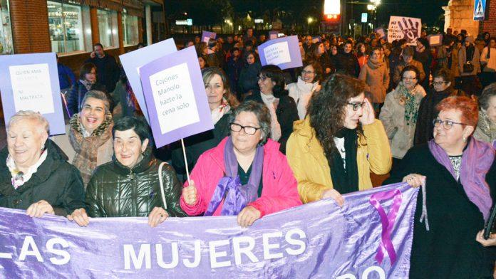 Las mujeres de Nava de la Asunción salieron a la calle para reclamar la igualdad real. / AMARUARRI