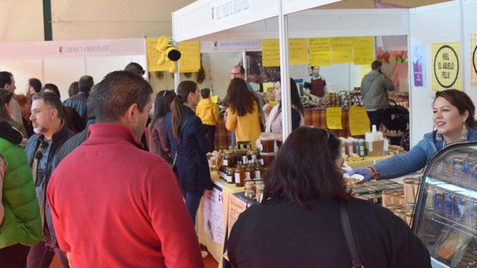 Los expositores de artesanía, alimentación, textil o decoración junto a la amplia oferta en lo que a maquinaria agraria se refiere, hacen las delicias de los visitantes de Fuentepelayo estos días.