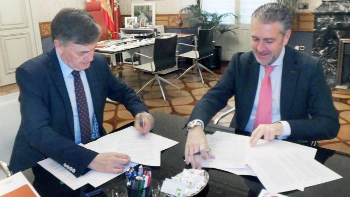 Francisco Vázquez (izquierda) y Andrés Ortega en la firma del convenio.