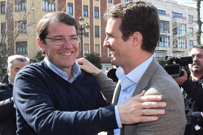 El presidente del PP, Pablo Casado, saluda al presidente regional Alfonso Fernández Mañueco en León.