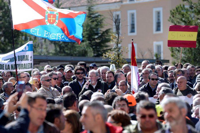 Los manifestantes protestan ante las puertas de las Cortes de Castilla y León en Valladolid.