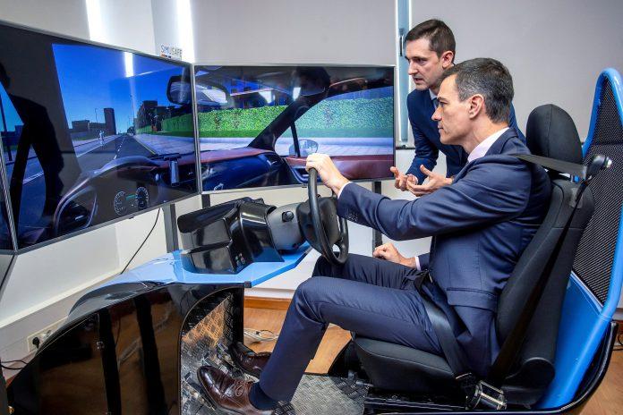 El presidente del Gobierno Pedro Sánchez prueba un simulador de conducción en Burgos.