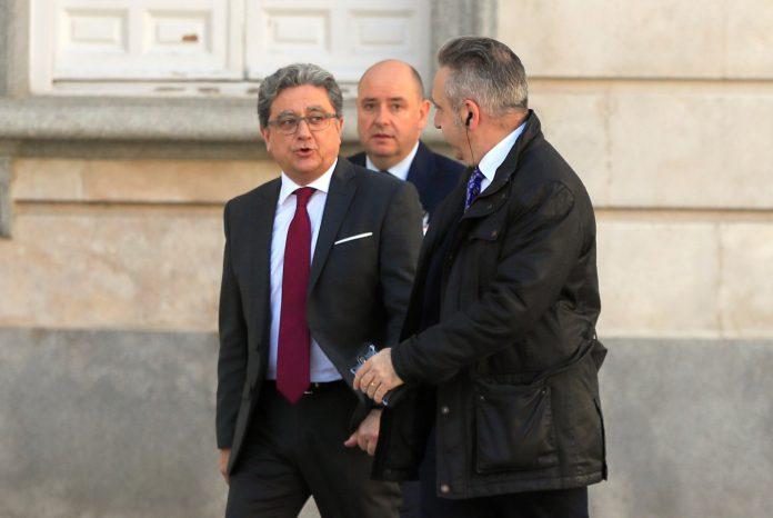 Enric Millo (i) a su llegada para comparecer en el Tribunal Supremo.