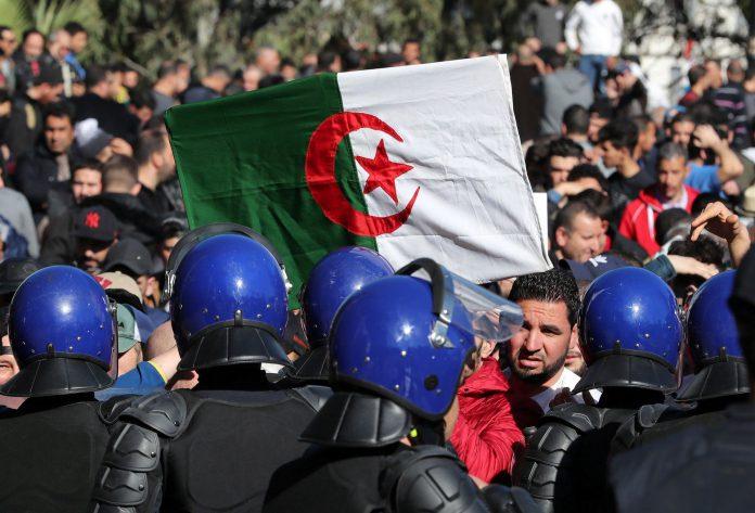 Manifestantes se enfrentan a las fuerzas de seguridad argelinas.