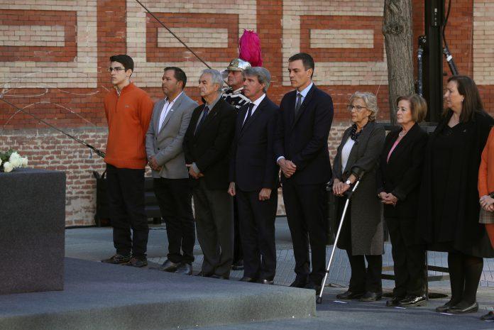 El presidente del Gobierno, Pedro Sánchez, con la alcaldesa madrileña, Manuela Carmena, y el presidente Ángel Garrido.