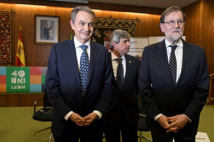 Los expresidentes José Luis Rodríguez Zapatero y Mariano Rajoy, junto con el rector de la ULe, Juan Francisco García.