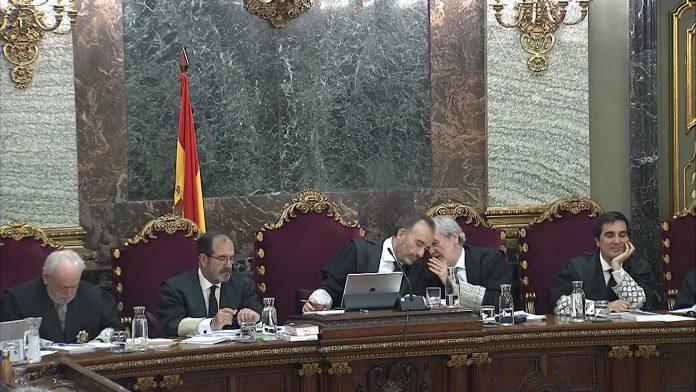 El presidente del tribunal, Manuel Marchena (3i) conversa con el juez Juan Ramón Verdugo (2d).