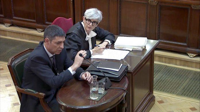 Declaración de Josep Lluís Trapero, jefe de los Mossos d'Esquadra durante el 1-O, y su abogada, Olga Tubau (d) en la sesión del juicio del